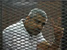 """Ředitel káhirské redakce televize al-Džazíra Mohamed Fahmy si společně s dvěma kolegy vyslechl rozsudek za """"šíření lží"""". (23. června 2014)"""