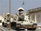 Soud s novináři televize al-Džazíra si v Egyptě vyžádal přísná bezpečnostní opatření. (23. června 2014)