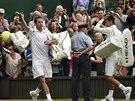 DÍKY A NASHLEDANOU. Štěpánek a Djokovič se loučí s publikem po vzájemné bitvě ve 2. kole Wimbledonu.