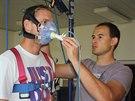 MONITORING DECHU. Pracovník olomoucké univerzity Michal Botek nasazuje dýchací masku Vlastimilu Daníčkovi.
