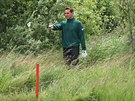 HLED� M��EK V TR�V�. Golfistovi Romanu �ebrlemu se poda�ilo na tel�sk�m golfov�m h�i�ti p�est�elit h�i�t�, proto pak musel hledat m��ek ve vysok� tr�v�.