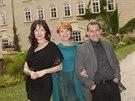 Tereza Kostková, Carmen Mayerová a Petr Kracik před zámkem Chyše