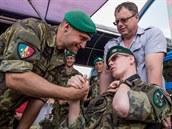 Lukáš Hirka se zdraví se svými kamarády - spolubojovníky. Z jejich mimořádného gesta měl obrovskou radost. (19. června 2014)