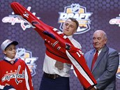 Jakub Vr�na p�i draftu NHL obl�k� dres Washingtonu.