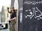 Bojovník Islámského státu sleduje přehlídku džihádistů v syrském městě Rakká (3. června 2014)