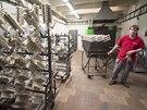 �esk� zbrojovka v Uhersk�m Brod� vyrob� ka�d� den p�es tis�c zbran�. V z�vod� pracuje t�m�� 1700 lid�.