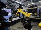 Robot v jedné z mnoha hal České zbrojovky manipuluje s díly zbraní, které obrábí stroje.