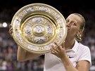 MLASK. Petra Kvitová líbá trofej pro vítězku Wimbledonu.
