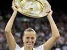 TALÍŘ NAD HLAVU ZVEDÁM... Petra Kvitová slaví triumf na Wimbledonu.