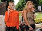 Iva Pazderkov� je patronkou Linky bezpe��, konkr�tn� oblasti t�r�n� d�t�. Na fotografii s Olgou Menzelovou.