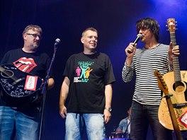 Rock for People 2014: Zakladatelé festivalu Petr Fořt a Michal Thomes s frontmanem Chinaski Michalem Malátným.