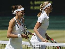 DO BOJE S ÚSMĚVEM. Lucie Šafářová (vlevo) i Petra Kvitová byly před vzájemným zápasem v dobré náladě.