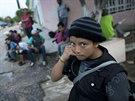 Čtrnáctiletá dívka z Guatemaly čeká v mexickém státě Chiapas na vlak, který ji odveze blíže k hranicím USA (19. června 2014)