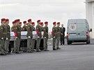 Ostatky čtyř českých vojáků, kteří padli v úterý v Afghánistánu, dorazily na vojenské letiště v Kbelích. (10. července 2014)