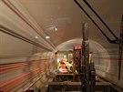Ze stanice Motol do stanice Pet�iny nejprve vede dvojkolejný tunel. Pod...