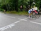 Martina Sáblíková (v modrém) projíždí prémií v etapě Tour de Feminin.