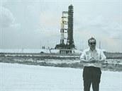 Autor přímo v Kennedyho vesmírném středisku, půl kilometru před soulodím Saturn 5-Apollo 11 den před startem.