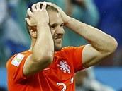 Nizozemský obránce Ron Vlaar se chytá za hlavu, právě nedal penaltu v semifinále MS proti Argentině.