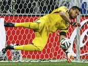 MÁM! Argentinský gólman Sergio Romero kryl hned první nizozemský pokus a ani se nemusel příliš natahovat.