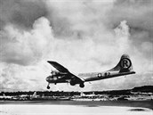 6. srpna 1945. Bombard�r B-29 p�ist�v� na Severn�ch Marian�ch pot�, co jeho pos�dka svrhla atomovou bombu na Hiro�imu.