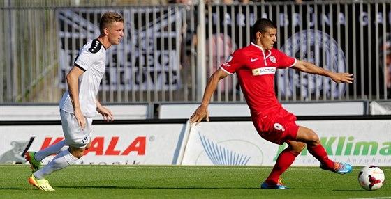 Brněnský Miroslav Markovič vede míč, stíhá ho hradecký Petr Mareš.