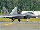 "F-22 Raptor během letecké show ""Arctic Thunder"" na Aljašce."