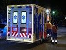 Honička policejního auta s motocyklem v Praze 11 skončila nárazem do sloupu u prodejny vířivek (6. srpna 2014).