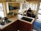 Do domku se vešla i menší kuchyňská linka s dřezem a varnou deskou. Na přání lze připojit i jiné spotřebiče. Na snímku je mobilní domek, který Guillaume Dutilh předvádí na seminářích.