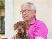 Společníkem při procházkách v okolí chalupy je Luďku Bukačovi především pětiletý jezevčík Kuba. Nesměl chybět ani při focení.