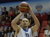 �eský basketbalista Lubo� Barto� st�ílí na nizozemský ko�.