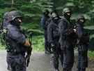 Policist� a p��slu�n�ci speci�ln� po��dkov� jednotky pro�es�vali kl�novick� les a hledali mu�e, kter� by mohl b�t d�le�it�m sv�dkem �i dokonce pachatelem vra�dy mu�e, jeho� t�lo tu na�li v �ervnu (11.8.2014)