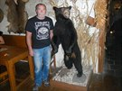 Miroslav Hanč s medvědem, který mu přinesl oplétačky s úřady.