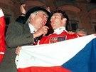 Jiří Šlégr, Ivan Hlinka a Dominik Hašek oslavují naganské zlato. (1998)