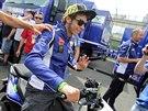 Valentino Rossi projíždí na skútru kolem motocyklových stájí na Masarykově okruhu (15. srpna 2014).