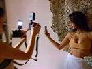 Kim Kardashianová si fotí selfie i před objektivem profesionální fotografky.
