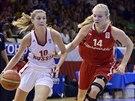 Česká mládežnická reprezentantka Julia Reisingerová (vpravo) se ve finále ME do 16 let pokouší ubránit Dariji Kurilčukovou z Ruska.