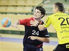 Plzeňský házenkář Martin Loskot (s číslem 24) přihrává, zastavit se ho snaží Jakub Szymanski ze St. Gallenu.
