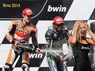 ŠAMPAŇSKÉ TRYSKÁ. Vítěz MotoGP na VC Brna Dani Pedrosa (vlevo) slaví svůj triumf, vpravo je Valentino Rossi, jenž skončil třetí.