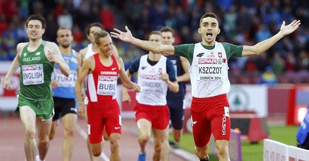 Adam Kszczot slaví na ME v Curychu triumf v závodu na 800 metr�.