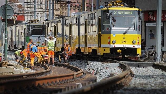 Oprava tramvajových kolejí v Plzni.