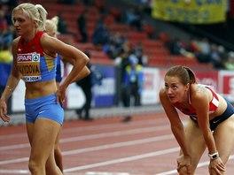 Denisa Rosolová (vpravo) a Irina Davydovová po rozběhu na 400 metrů překážek na mistrovství Evropy v Curychu.