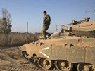 Izrael�t� voj�ci pobl� hranic s P�smem Gazy (20. srpna 2014).