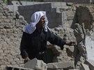 Muž se zkoumá poničený dům v Dúmě, ležícím na východě od Damašku (24. srpna 2014).