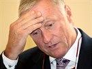 Expremiér Mirek Topolánek před soudním jednáním s lobbistou Markem Dalíkem, který podle obžaloby požadoval téměř půlmiliardový úplatek při vyjednávání o nákupu obrněných transportérů Pandur. (21. srpna 2014)