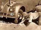 Miroslav Zikmund a Jiří Hanzelka na své první cestě 1947 - 1950. Tatrovka zapadla v písku Nubijské pouště