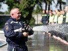 Brněnská městská policie a hasiči se přidali k výzvě Ice Bucket Challenge. Hned čtyřicet se jich najednou zlilo proudem vody.