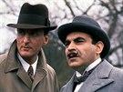 Ze seriálu Hercule Poirot (Poirota hraje David Suchet, kapitána Hastingse Hugh Fraser)