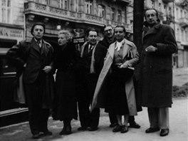 André Breton se členy české surrealistické skupiny v roce 1935 v Karlových Varech (zleva André Breton, Jacqueline Breton, Karel Teige, Jindřich Štyrský, Toyen, Paul Eluard).