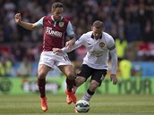 SEBERU TI MÍČ. Wayne Rooney z Manchesteru United (vpravo) a Danny Ings z Burnley.