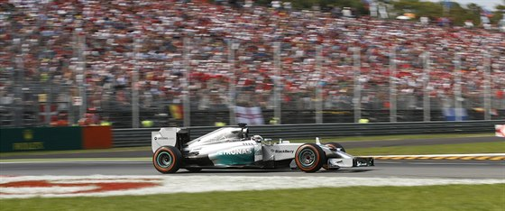 Lewis Hamilton na okruhu v Monze